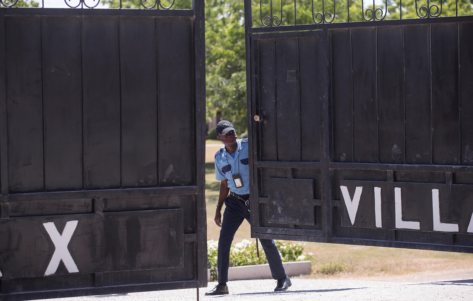 <i>Orlando Barria/EFE/Sipa</i><br/>Guards guard the morgue where the body of President Jovenel Moise was being held on July 10.