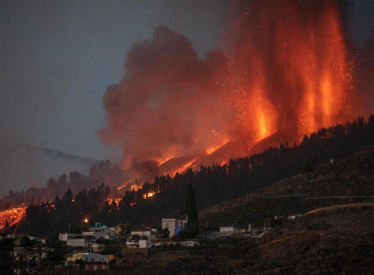 <i>Desiree Martin/AFP/Getty Images</i><br/>Mount Cumbre Vieja erupts in El Paso