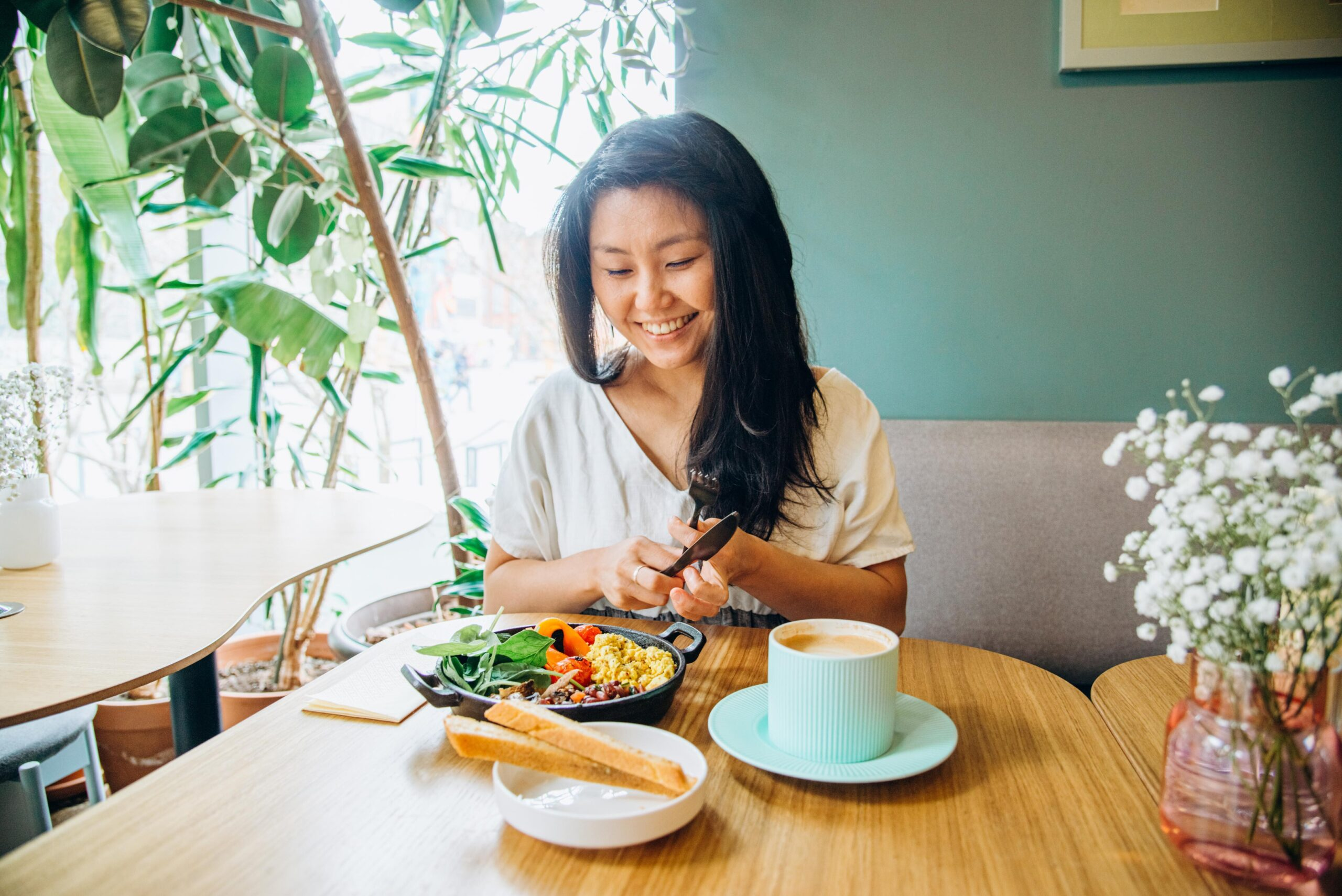 <i>Elena Perova/iStockphoto/Getty Images</i><br/>Enjoying a meal without distractions is a crucial part of mindful eating.